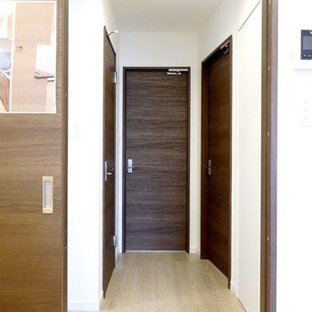 LDKから廊下に出るとドアが3つ。正面が脱衣所、左がトイレ、右が洋室です。