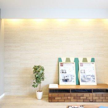 天井から降り注ぐ壁面照明に癒やされて、何時間でもここでくつろいでしまいそう。