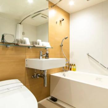 室内には3点ユニットタイプのバスルームもついています。