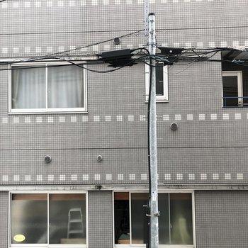 東側の窓からはお隣の建物。