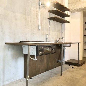 レトロなグリル付きのスタイリッシュなキッチン。※写真はクリーニング前のものです