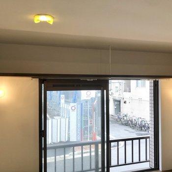窓の上には吊り下げ棚が。本や雑貨をしまったり飾ったり。