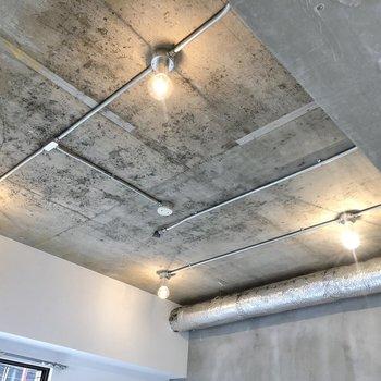 天井も無骨でカッコイイ。