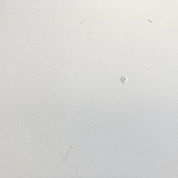 ラフに仕上げられた味のある白塗装なんです。無垢床との相性も◎