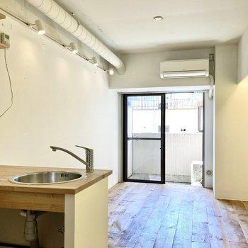 南向きで日当たり◎窓際にベッドを置いて、キッチン側をダイニングスペースにしようかな。