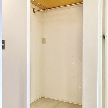 あれ、収納がない…?と思ったら玄関横に棚付きのオープンクローゼットが。