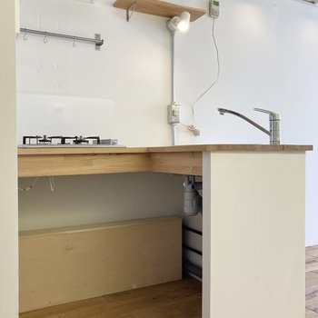 キッチンの下のスペースにはキャスター付きのラックや棚を入れこむといいですね。