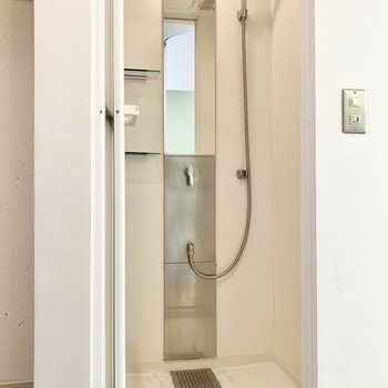 お風呂はサッとシャワーで済ませましょう。鏡横にシャンプーなどが置ける台も付いています。