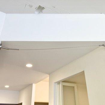 居室と廊下の間には目隠しに使えるワイヤーが付いています。