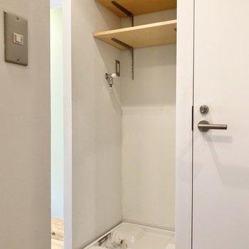 洗濯機置き場の上にも便利な棚があります。