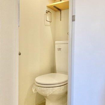 トイレはゆとりある広さ。こちらも棚が付いていますね。
