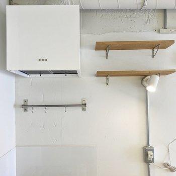 棚やフック等も付いています。こちらもインテリアに馴染むスタイリッシュなデザイン。