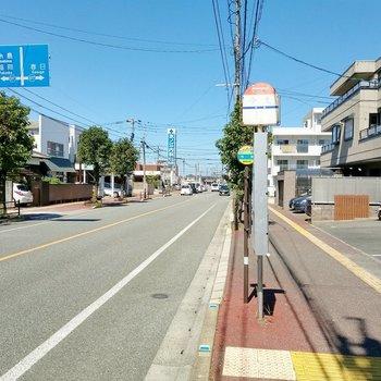1番近い「今光」バス停は徒歩2分程度。逆側からは大橋駅や天神までの直通もあります。