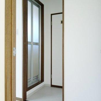 脱衣所に扉はありません。レールはあるので素敵なカーテンをつけましょう。