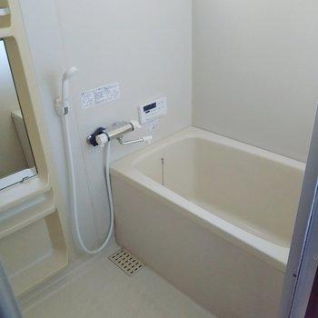 お風呂は追い焚き&浴室乾燥機付き!換気窓もついています。