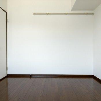 壁掛け収納に丈の長い服は掛けるといいかも。廊下に戻ってサニタリーへ。