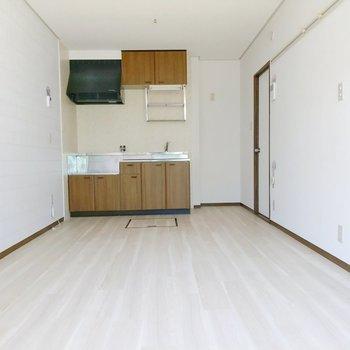 リビングは10.5帖。キッチン側にダイニングテーブル、窓側にソファーを置きたい。