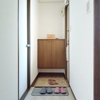 廊下に出て、右手前に脱衣所。玄関横の扉は洋室です。