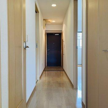 長い廊下からはその他の水回りと洋室へアクセス。