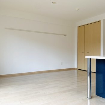 お部屋自体はシンプルな色使い。広々としたリビングスペースです。