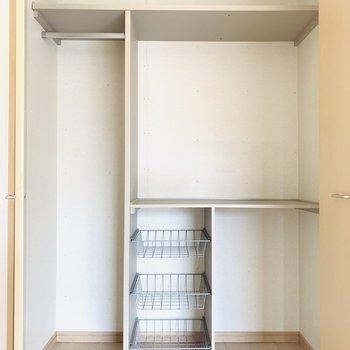 リビングスペースにももう一つ。様々な収納スペースがあるので、追加でケースを買わなくても良さそう◎