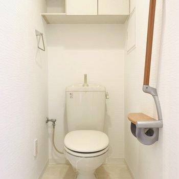 扉付き収納棚のあるお手洗い。ウォシュレット後付け可能です◎