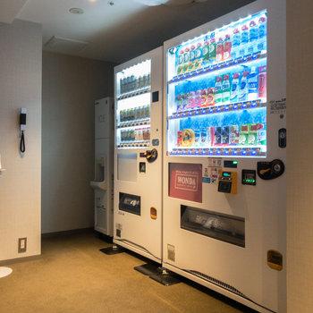 【共用部】ランドリーの反対側には自動販売機が。奥には製氷機があります。