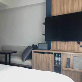 テレビは43v型です。ベッドの向かい側にあるのも嬉しいですね。
