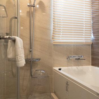お部屋に浴室があるのは嬉しいポイント。浴槽も比較的広めなつくりです。