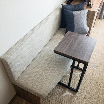 ゆったりとした横幅のソファ。テーブルはパソコン1台が置けるサイズ感です。