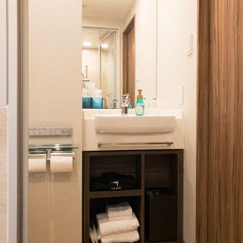 洗面台。鏡が大きいので使い勝手が良さそうですね。