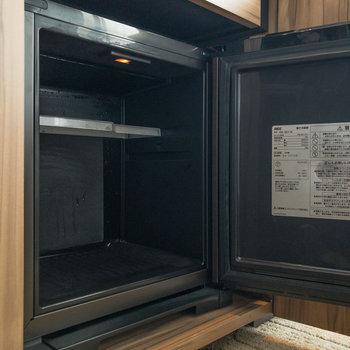 引き出しの下にはミニ冷蔵庫が。