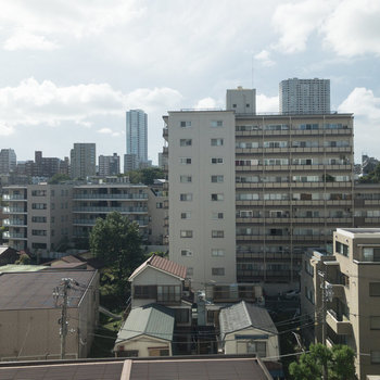 眺望は住宅街。開けていて気持ちが良いですね。※眺望はお部屋によって異なります。