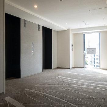 【共用部】エレベーターホールです。奥にある窓から高輪の街並みが見渡せます。