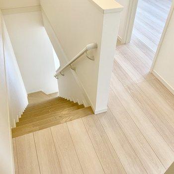 階段を降りて水回りへ。