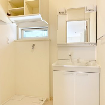 鏡面収納もある洗面台と、上部には棚も!