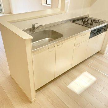 キッチンは3口コンロにグリルも付いたタイプ。