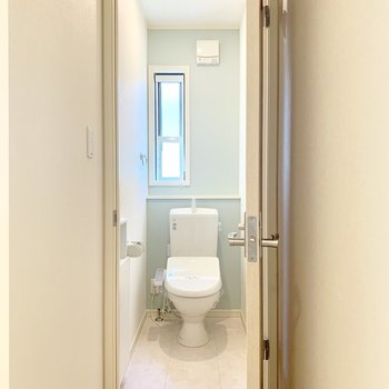 階段を登った正面にはトイレが有りました。2つあるのは嬉しいポイント◎