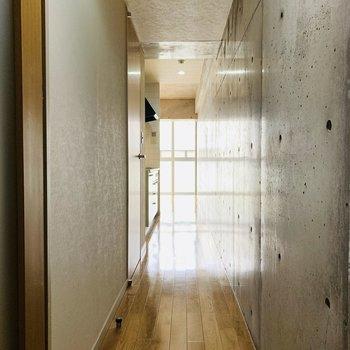 この長い廊下を抜けるとLDKにつながるのです。(※写真は6階の同間取り別部屋のものです)