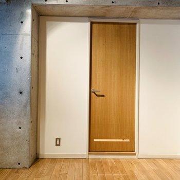 こちらの扉は水回りに繋がっているんです。(※写真は6階の同間取り別部屋のものです)