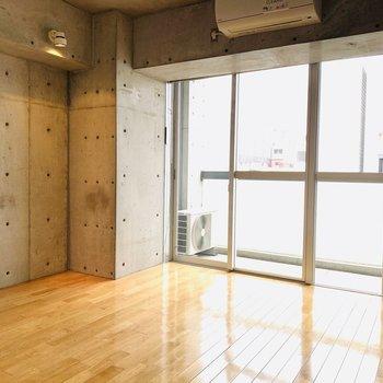 フローリングとコンクリートの組み合わせが素敵です!(※写真は6階の同間取り別部屋のものです)