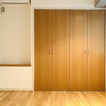 洋室にもエアコンがついているので快適に生活できそうです。(※写真は6階の同間取り別部屋のものです)