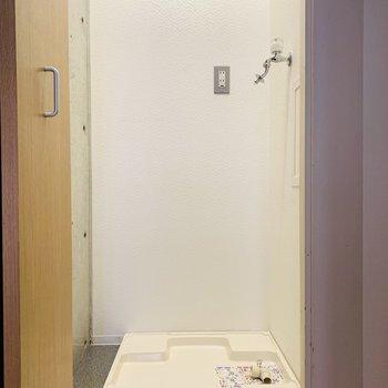 突き当りには収納可能な洗濯機置き場。(※写真は6階の同間取り別部屋のものです)
