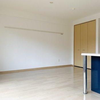 お部屋自体はシンプルな色使い。広々としたリビングスペースです。(※写真は同間取り反転のものです。)