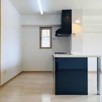キッチンスペース。後ろもしっかりスペースがとられていました。(※写真は同間取り反転のものです。)