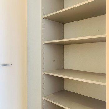 廊下に出てすぐにまたまた収納。これだけあればいつでも綺麗なお部屋をキープできそう。(※写真は同間取り反転のものです。)