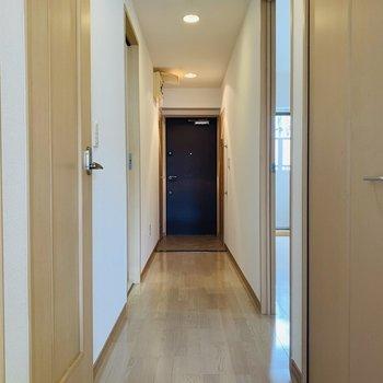 長い廊下からはその他の水回りと洋室へアクセス。(※写真は同間取り反転のものです。)