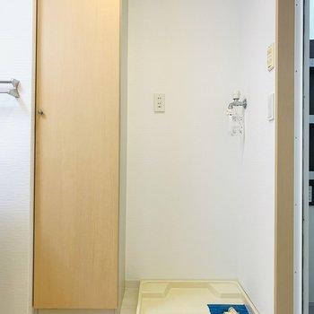 ユーティリティー正面は洗濯機置き場とその隣に収納。(※写真は同間取り反転のものです。)