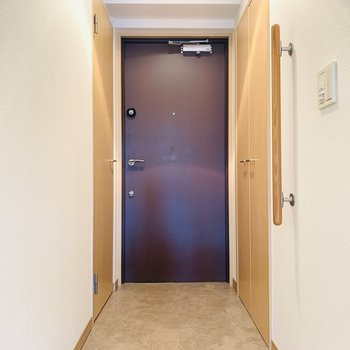 広々とフラットな玄関スペース。(※写真は同間取り反転のものです。)