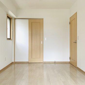 洋室は6.5帖。ベッドルームにちょうど良いスペースです。(※写真は同間取り反転のものです。)